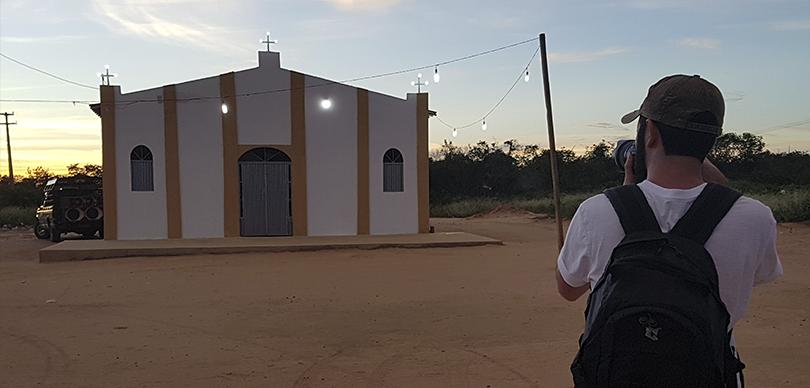 fotógrafo voluntário do instituto omunga fotografando uma igreja no serão do piauí nos dando a visão de fotógrafo e fotografado