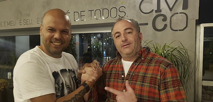 Roberto Pascoal e Ricardo Podval, fundador da Civi-co, posando para foto sorrindo enquanto dão as mãos