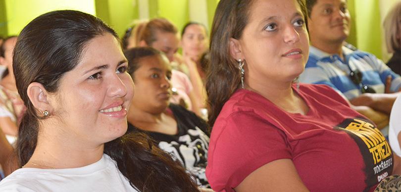 professoras olham atentas à palestra do projeto omunga sobre educação