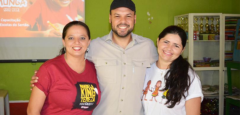 professoras e empreendedor social posam juntos para foto em projeto escolas do sertão