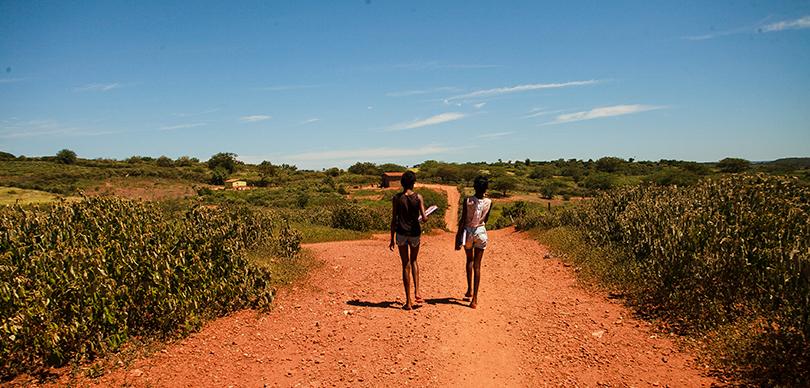 Crianças indo à escola | OMUNGA Clube