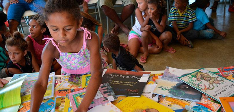Crianças lendo durante projeto de O Valor da Experiência