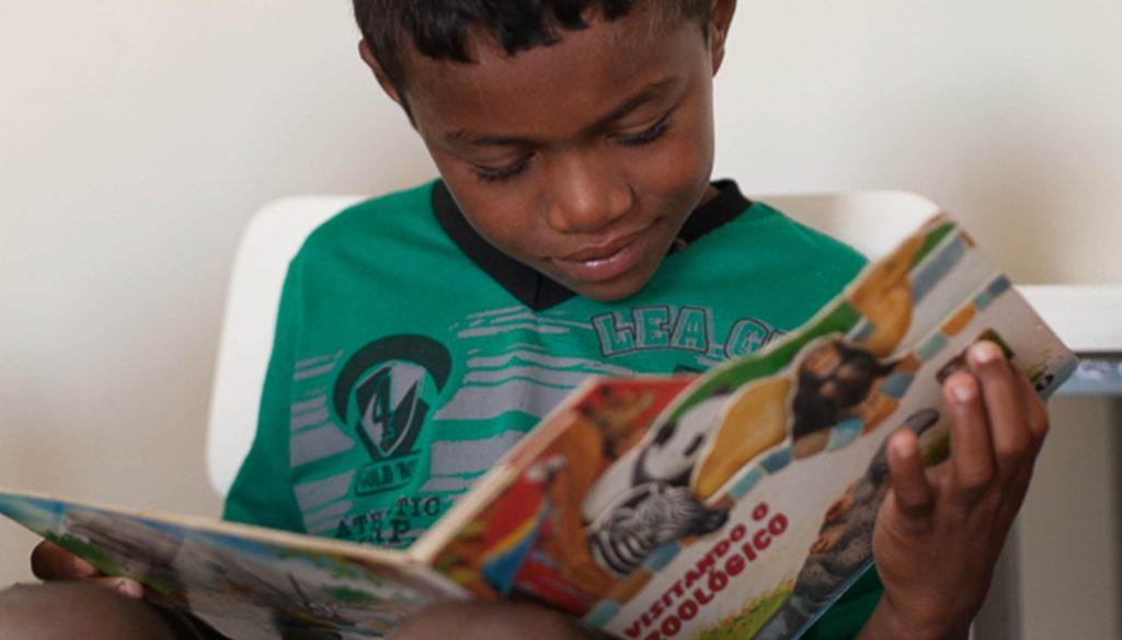 Criança do sertão lendo um livro